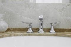Grifo y fregadero en el cuarto de baño Imagen de archivo libre de regalías