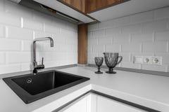 Grifo y fregadero en la cocina Foto de archivo