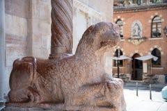 Grifone di pietra medievale del guardiano davanti alla chiesa di Verona Duomo, Italia fotografie stock libere da diritti