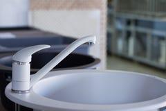 Grifos de agua modernos de la cocina y del cuarto de baño en la tienda imágenes de archivo libres de regalías