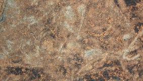 Grigio rossastro ha colorato il fondo naturale molto piacevole di struttura della pietra della collina immagine stock libera da diritti