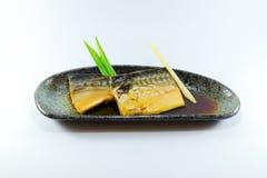 Grigli il pesce del giapponese con la salsa di soia su fondo bianco immagini stock