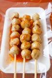 Grigli la palla della carne di maiale con salsa piccante e dolce Fotografia Stock