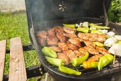 Griglia all'aperto della bistecca del partito del bbq sul fine settimana di domenica fotografie stock libere da diritti