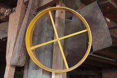 Griglia alla fabbrica di legno tradizionale tailandese del mulino fotografia stock