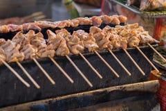 Griglia arrostita del pane tostato della carne di maiale del barbecue o della carne di maiale sul girarrosto al mercato di strada fotografia stock libera da diritti