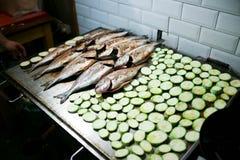Griglia con il pesce e le verdure Immagine Stock Libera da Diritti