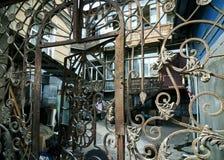 Griglia d'annata del portone del ferro battuto di arte immagini stock libere da diritti