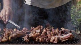 Griglia del ¾ n dell'agnello Ð della carne con i rosmarini, il pepe ed il sale stock footage