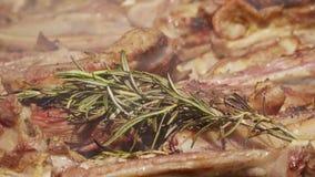 Griglia del ¾ n della carne Ð con i rosmarini, il pepe ed il sale video d archivio