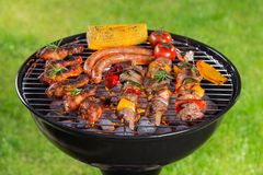 Griglia del barbecue con carne saporita, primo piano immagini stock