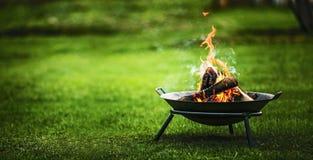 Griglia del barbecue con fuoco Fotografie Stock