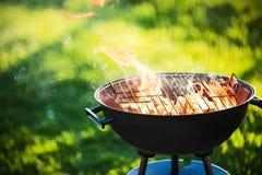 Griglia del barbecue con fuoco Fotografie Stock Libere da Diritti