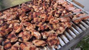 Griglia del barbecue delle ali e delle polpette di pollo video d archivio