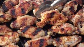 Griglia del barbecue delle ali e delle polpette di pollo stock footage