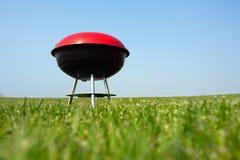 Griglia del barbecue sul prato Fotografie Stock Libere da Diritti