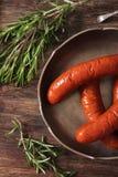 griglia del bratwurst con i rosmarini del pepe e del sale Fotografia Stock Libera da Diritti