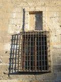 Griglia del ferro battuto sulla finestra della chiesa Fotografia Stock