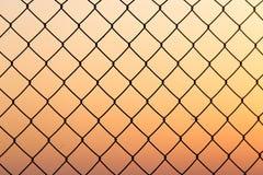 Griglia del metallo al tramonto fotografie stock
