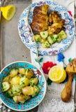 Griglia del pollo con l'insalata di patata Fotografie Stock Libere da Diritti