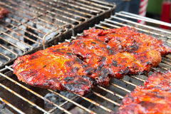 Griglia della carne al mercato di strada Immagini Stock