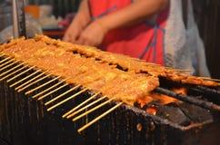 Griglia della carne di maiale sulla stufa, alimento della via di Yaowarat, Tailandia Fotografia Stock