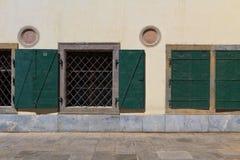 Griglia di finestra con il coperchio del metallo Fotografia Stock Libera da Diritti
