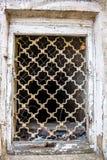 Griglia di finestra forgiata di vecchia casa abbandonata fotografia stock