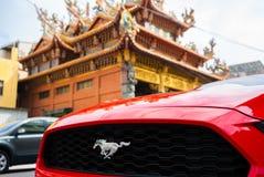 Griglia e logo dell'automobile di Ford Mustang con il fondo del tempio fotografia stock libera da diritti