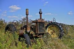 Griglia e resti di vecchio trattore di John Deere Immagine Stock