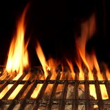 Griglia isolata sui precedenti neri, primo piano del fuoco del barbecue immagine stock libera da diritti