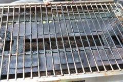 GRIGLIA PORTATILE del BARBECUE sporca IL BARBECUE PORTATILE sporco GRIGLIA la struttura al suolo posteriore immagine stock