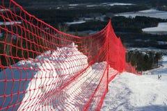 Griglia rossa protettiva su una riga di montagna-corsa con gli sci fotografia stock