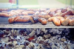 Griglia, salsiccia arrostita sul picnic, griglia fiammeggiare fotografie stock