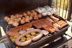Griglia - salsiccia e carne fotografie stock libere da diritti