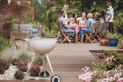 Griglia sul patio di legno del giardino fotografia stock