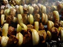 Grigliando lo shashlik è cucinato su fuoco Carne cotta fotografia stock libera da diritti