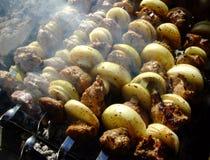 Grigliando lo shashlik con l'arco è cucinato su fuoco Carne cotta fotografie stock