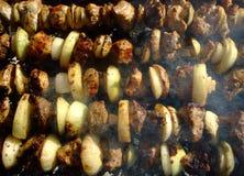 Grigliando lo shashlik con l'arco ? cucinato su fuoco Carne cotta fotografia stock