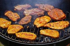 Grigliando su un barbecue Fotografia Stock