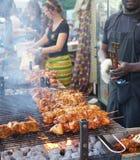 Grigliare carne sul barbecue Immagine Stock
