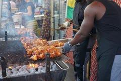 Grigliare carne sul barbecue Fotografia Stock