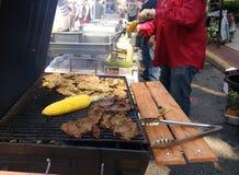 Grigliare mais e carne, fiera della via di festa del lavoro, Rutherford, NJ, U.S.A. Fotografia Stock