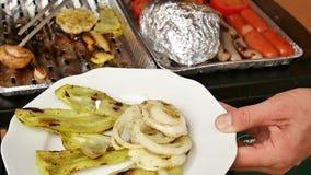 Grigliare sano in caso di alluminio Cottura del pepe bianco, dell'aglio, dei pomodori, dei funghi prataioli, delle salsiccie e de video d archivio