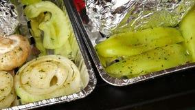 Grigliare sano in caso di alluminio Cottura del pepe bianco, dell'aglio, dei pomodori, dei funghi prataioli, delle salsiccie e de stock footage