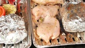 Grigliare sano in caso di alluminio Cottura del pepe bianco, dell'aglio, dei pomodori, dei funghi prataioli, delle salsiccie e de archivi video