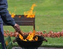 Griglie e fiamma del barbecue Fotografia Stock Libera da Diritti
