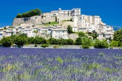 Grignan mit Lavendelfeld lizenzfreie stockfotografie