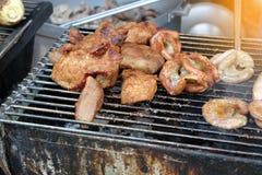 Griil de la carne en la comida de la calle fotos de archivo