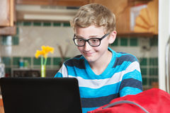 Grijnzend kind die laptop computer met behulp van Royalty-vrije Stock Afbeeldingen